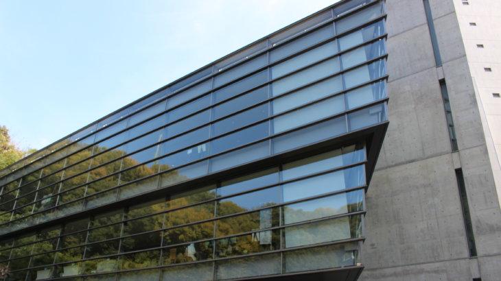 さんかくの建物に沿った展示空間「坂の上の雲ミュージアム」