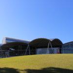 丘の上に建つ軽やかな建物「八代市立博物館 未来の森ミュージアム」