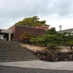 ラフなレンガの表情と回遊プラン「林原美術館」