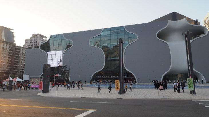 自由曲面を内包する多層多質な箱「台中国家歌劇院」