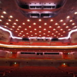 非直線のひだと表面のクラフトによる大空間「日生劇場」