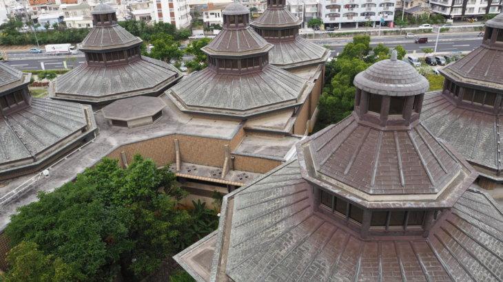 群生する建物と装飾美「浦添市美術館」