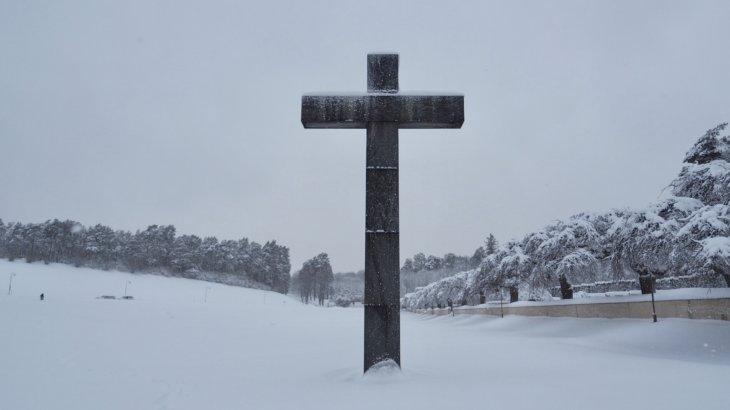 吹雪のストックホルムで体験する「森の墓地(Skogskyrkogarden)」
