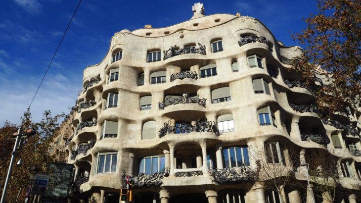 人間を健康にするガウディの集合住宅「カサ・ミラ(Casa Milà)」
